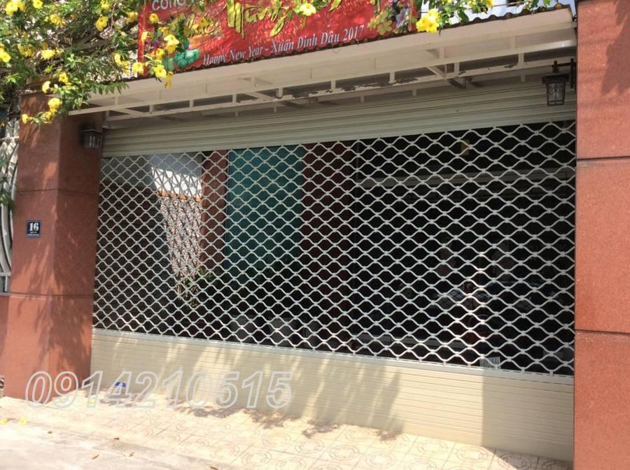 sử dụng sơn cao cấp để phủ kín bề mặt lưới , đối với cửa ống thép thì thường được thi công sơn tĩnh điện hoặc sơn dầu tùy theo mục đích